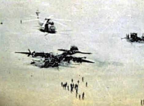 """Chiến dịch """"Móng vuốt đại bàng"""" không giải cứu được con tin nào mà còn khiến Mỹ tổn thất 1 máy bay vận tải C-130 và 8 trực thăng RH-53."""