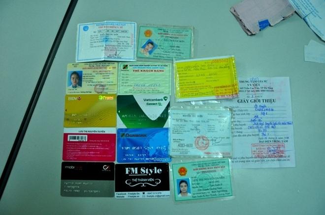 Tang vật thẻ ATM, CMND, tiền mặt do đối tượng Sơn trộm cắp được bị lực lượng Công an phát hiện và thu giữ.