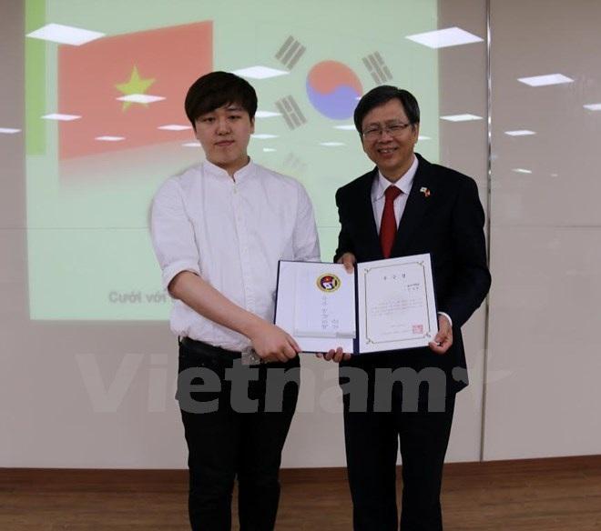 Đại sứ Phạm Hữu Chí trao giải Nhất cuộc thi nói tiếng Việt cho sinh viên Cheong Seo-yeong, Đại học Yongsan. (Ảnh: Phạm Duy/Vietnam+)