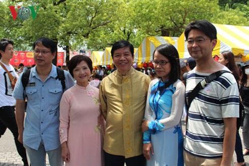 Đại sứ Việt Nam tại Nhật Bản Nguyễn Quốc Cường cùng phu nhân và các đại biểu