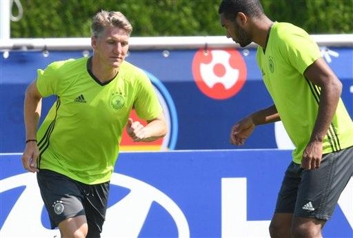 Bastian Schweinsteiger (trái) và gương mặt trẻ Jonathan Tah trên sân tập của Đức. Schweinsteiger vẫn là đội trưởng của Cỗ xe tăng nhưng ở giải đấu năm nay anh không có vị trí đá chính do tuyến giữa của Đức giờ đang có nhiều cầu thủ đang vào độ chín