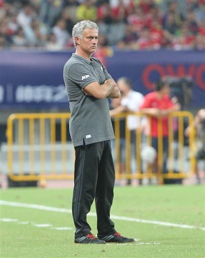 Mourinho bất lực khoanh tay đứng nhìn các học trò thi đấu bệ rạc trước Dortmund