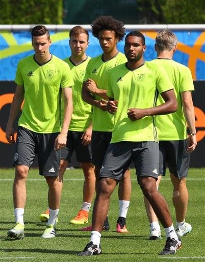 Jonathan Tah (phải qua trái), Leroy Sane, Mario Goetze và Julian Draxler quan sát các đồng đội tập luyện