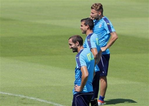 Ciro Immobile, Stefano Sturaro và Giorgio Chiellini theo dõi các đồng đội tập luyện