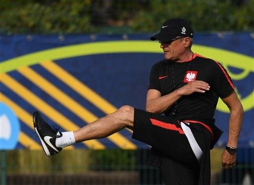 HLV Adam Nawalka đang đưa Ba Lan bay cao ở Euro 2016. Mặc dù chưa thực sự thăng hoa như trông đợi nhưng Ba Lan đang đứng trước cơ hội lớn giành quyền vào bán kết, điều mà ít người hâm mộ Đại bàng trắng dám mơ trước khi giải đấu này diễn ra