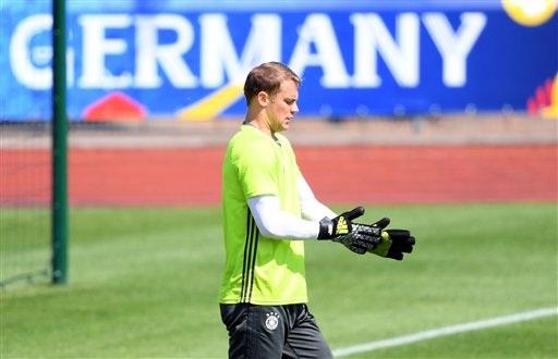 Thủ thành Manuel Neuer ở ở góc tập riêng dành cho thủ môn. Neuer sẽ đeo băng đội trưởng tuyển Đức khi mà Schweinsteiger không có mặt trên sân