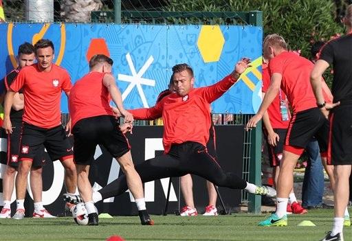 Các cầu thủ Ba Lan luyện tập đầy nghiêm túc
