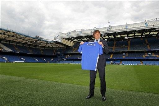 Conte bên đường biên sân vận động Stamford Bridge. Từ bây giờ, sân đấu này sẽ là nơi quen thuộc với chiến lược gia người Italia