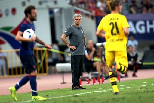 Mourinho chắp tay hai bên hông nhìn các học trò thi đấu, ông đã chỉ đạo ít hơn ở cuối hiệp hai