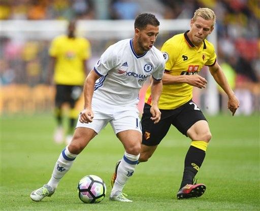 Hazard (trái) thi đấu năng nổ nhưng không hiệu quả. Dường như tiền đạo người Bỉ không còn bài khi mà các cầu thủ ở Premier League đã quá hiểu anh
