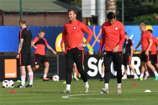Thủ thành Artur Boruc (trái) và thủ thành Lukasz Fabianski trên sân tập, nhiều khả năng cả hai cùng phải ngồi ghế dự bị ở trận đấu đêm nay gặp Bồ Đào Nha