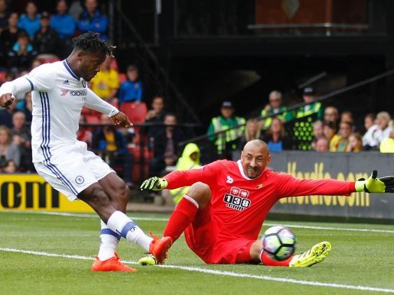 Phút 80, Batshuayi gỡ hòa sau khi thủ thành Gomes không bắt gọn bóng từ cú sút của Hazard
