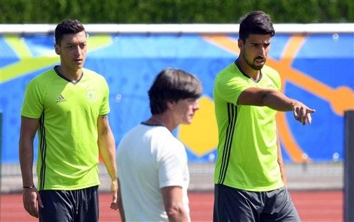 Sami Khedira (phải) đã nói một điều gì đó với HLV Loew và cả Ozil