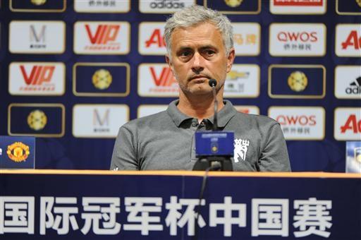 Mourinho buồn bã trong phòng họp báo trong lúc đợi chờ các câu hỏi của phóng viên