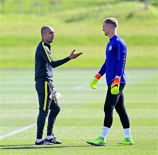 Guardiola trao đổi với thủ thành Joe Har