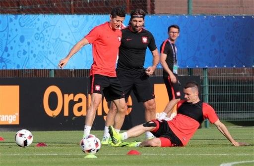 Lewandowski tươi cười khi đồng đội lao vào trong bóng cùng anh. Ba Lan đang khá thoải mái trước một cơ hội lịch sử
