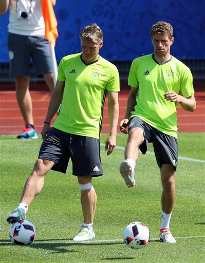 Bastian Schweinsteiger (trái) và Thomas Mueller