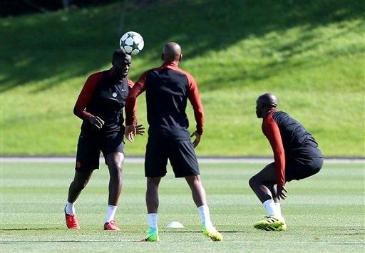 Yaya Toure (trái) cũng được cho là sẽ phải rời khỏi Man City ngay trong mùa Hè năm nay