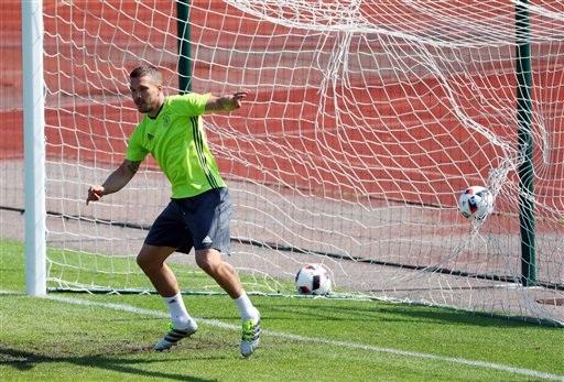 Lukas Podolski tập làm thủ môn. Bài tập làm thủ môn là một trong những bài tập thường có dành cho các cầu thủ