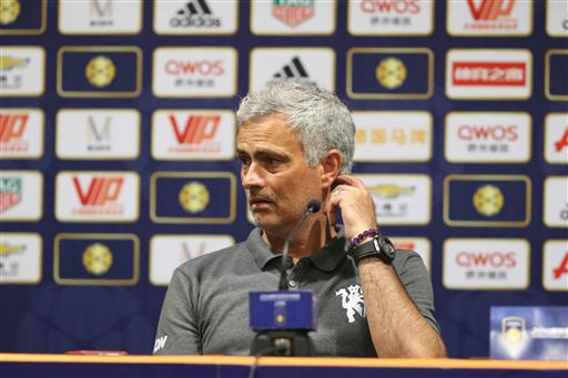Mourinho gãi... gãy khi giãy bày cùng phóng viên về trận đấu