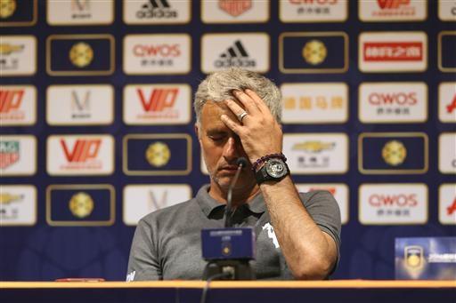 Vị chiến lược gia của MU vuốt tóc có chút thất vọng về kết quả, mặc dù ông vẫn tuyên bố cứng rắn rằng thua Dortmund cũng... bình thường