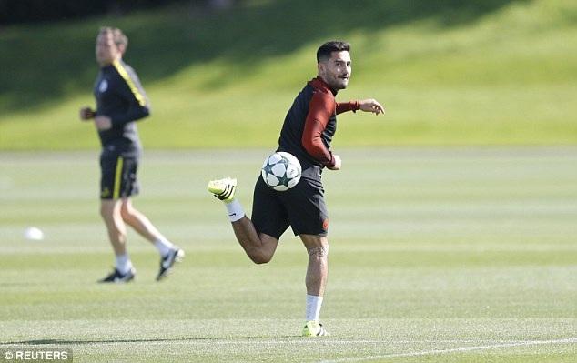 Ilkay Gundogan thực hiện một pha đỡ bóng ngẫu hứng trên sân tập. Cầu thủ này cũng chưa ra mắt đội bóng mới