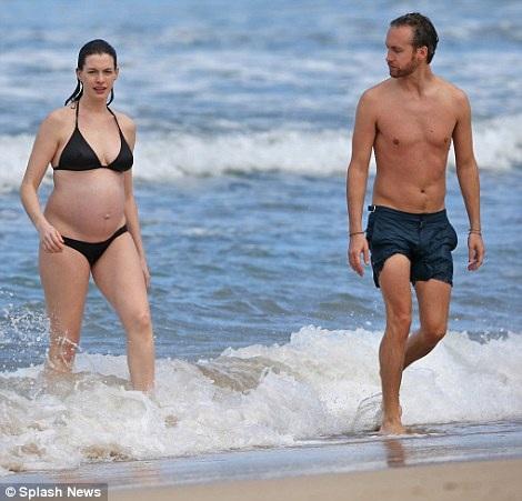 "Anne Hathaway bụng ""lùm lùm"" vẫn diện bikini - 2"