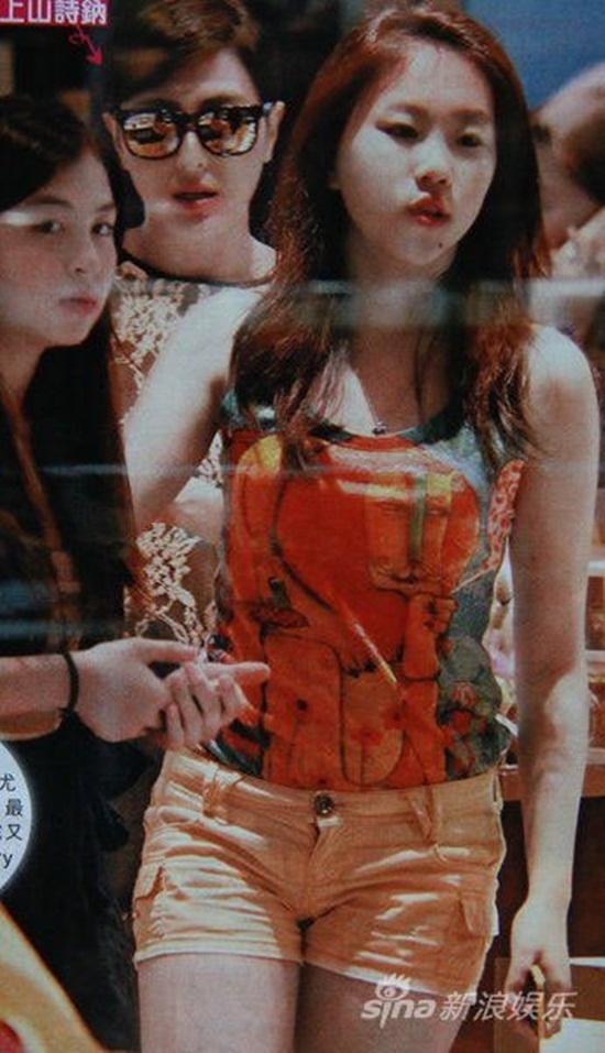 Leah Dou khá điệu đà, nữ tính vào năm 2012. Năm 2014, cô thay đổi phong cách, trở thành một cậu thanh niên chính hiệu.