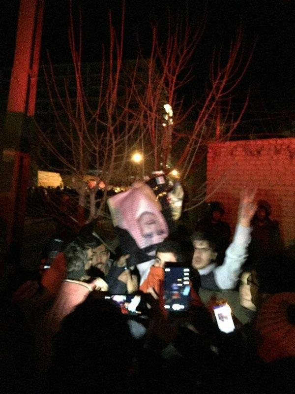 Những hình ảnh được đăng tải trên báo chí Iran và mạng xã hội cho thấy đám đông biểu tình xông vào tòa nhà sứ quán Ả rập Xê út.