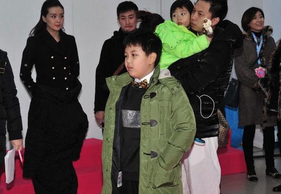 Cậu con trai duy nhất của mỹ nhân xinh đẹp một thời của làng giải trí Hoa ngữ tự tin trước các phóng viên, dường như cậu bé đã quen với việc bị phóng viên vây quanh và chụp hình.
