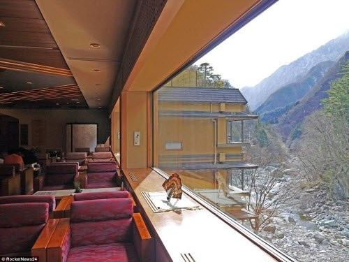 Khách sạn Nishiyama Onsen Keiunkan tọa lạc tại một thung lũng và được bao quanh bởi dãy núi hùng vĩ.