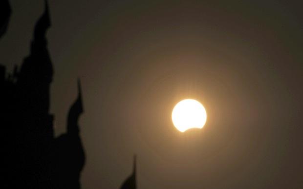 Mặt trời dần bị che khuất nhìn từ Naypyidaw, Myanmar (Ảnh: Telegraph)