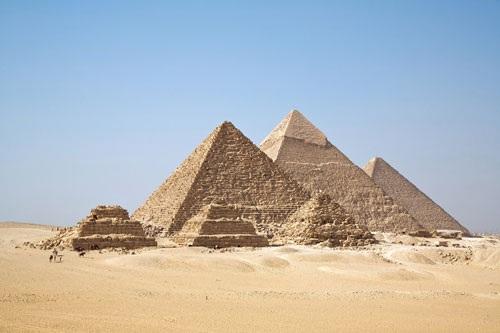 1. Kim tự tháp Giza (Ai Cập).