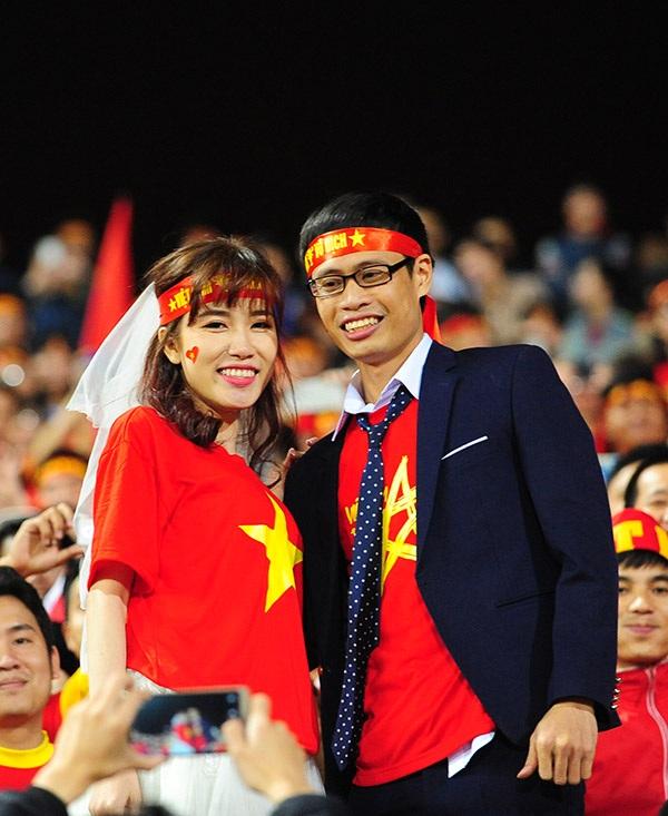 Màn khoá môi nóng bỏng mừng chiến thắng đội tuyển Việt Nam - 3