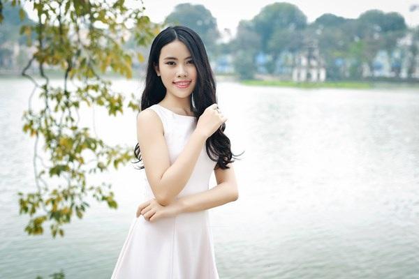 Nữ sinh Hà thành duyên dáng bên Hồ Gươm.
