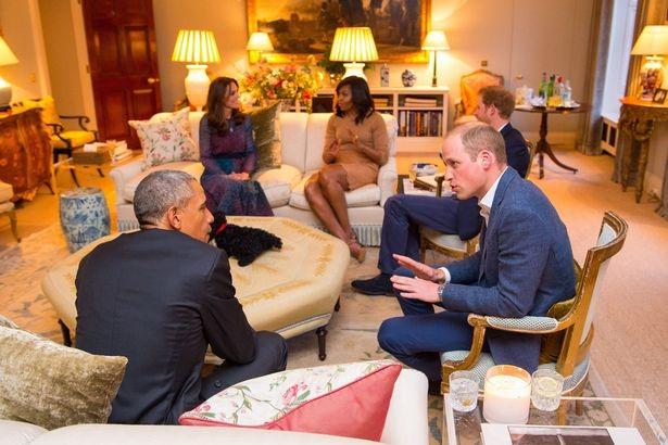 Các thành viên của hoàng gia Anh trò chuyện với các vị khách quý tại cung điện Kensington trước khi ăn tối cùng nhau.
