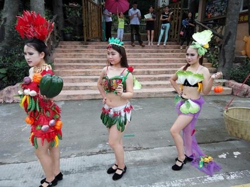 Gái trẻ sexy với thời trang củ quả xôn xao trên phố - 3