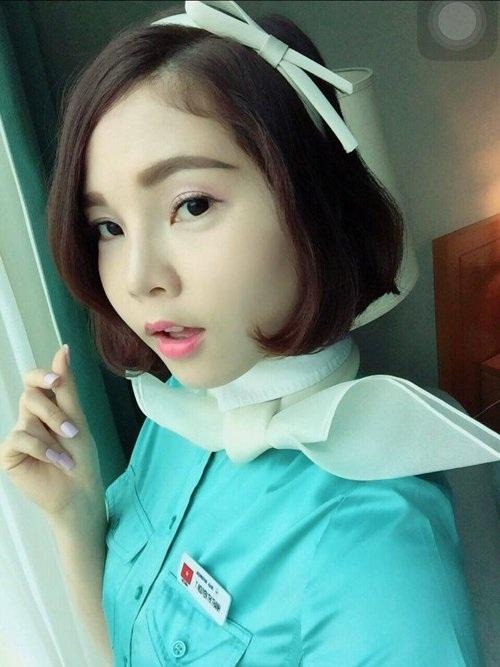 Thanh Thủy trong bộ đồng phục sang trọng của nữ tiếp viên hàng không Hàn Quốc