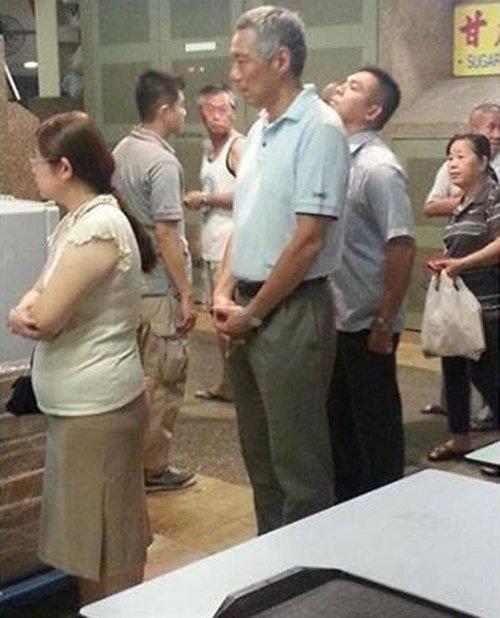 Thủ tướng Lý Hiển Long (giữa) xếp hàng chờ mua cánh gà chiên mật ong.