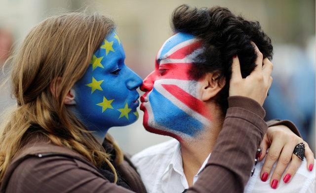 Hai nhà hoạt động vẽ cờ của Anh và Liên minh châu Âu (EU) biểu tình phản đối Brexit ở Berlin, Đức (Ảnh: Reuters)