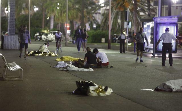 Hiện trường vụ đâm xe tại thành phố Nice (Ảnh: Reuters)