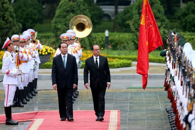 Hai nhà lãnh đạo duyệt đội danh dự. (Ảnh: Reuters)