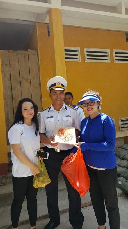 Minh Ánh và Đoàn trường Cao đẳng Nghệ thuật Hà Nội vừa có chuyến đi Trường Sa vào đầu tháng 5. Chị đã chia sẻ sự xúc động khi chứng kiến những khó khăn, thiếu thốn của các chiến sĩ trên đảo.