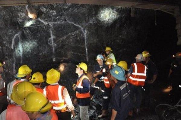 Vỉa quặng vàng trong hầm lò.