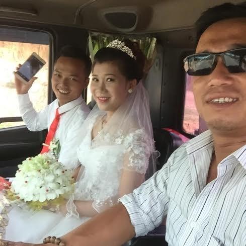 Hình ảnh cô dâu chú rể khi ngồi trong xe cẩu rước dâu