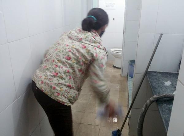 Chị Hoàn thường xuyên quét dọn nhà vệ sinh tại khoa Sản