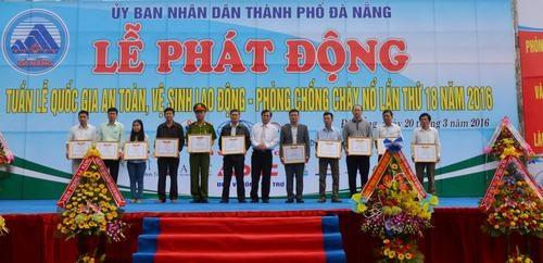 Khen thưởng những tập thể và cá nhân đã có đóng góp trong thực hiện ATVSLĐ PCCN.