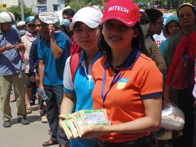 Để các thí sinh lấy lại sức khỏe để thi tiếp, các tình nguyện viên còn phát thêm sữa cho thí sinh.
