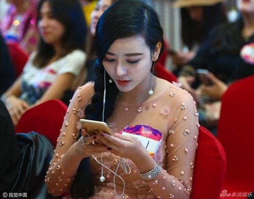 Chengxi có vẻ ngoài giống hệt đàn chị sinh năm 1981