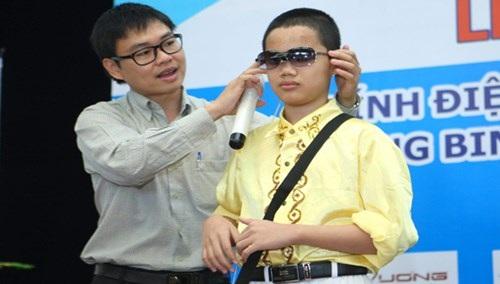 """TS Nguyễn Bá Hải tặng kính """"Mắt thần"""" cho người khiếm thị tại Hà Nội tháng 7/2013. (Ảnh: Xuân Tùng)"""